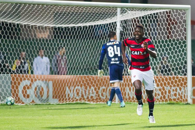 Zagueiro artilheiro Kanu comemora após marcar o gol do triunfo - Foto: Guilherme Artigas | Estadão Conteúdo