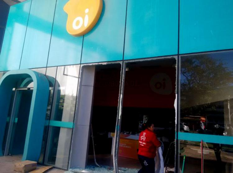 Loja da operadora teve a entrada destruída na ação - Foto: Andrezza Moura l Ag. A TARDE