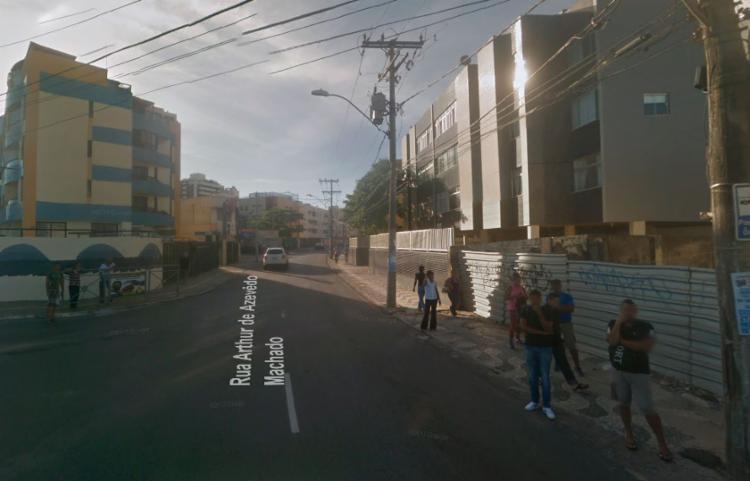 Parte da rua Arthur de Azevedo Machado, no bairro do Stiep está obstruída pela árvore - Foto: Reprodução | Google Maps