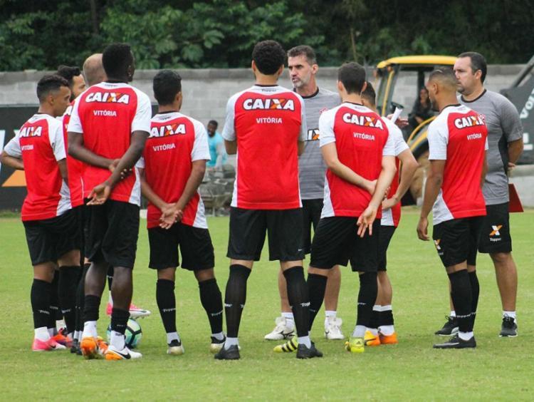 Vagner Mancini transmite instruções para os jogadores no treino que aprontou o Leão para o jogo - Foto: Maurícia da Matta | EC Vitória | Divulgação | 26.07.2017