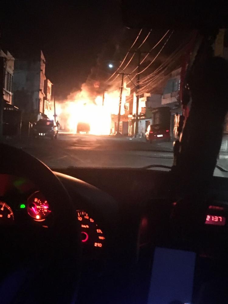 Um dos ônibus foi incendiado no bairro do IAPI, em Salvador - Foto: Cidadão Repórter   Via WhatsApp