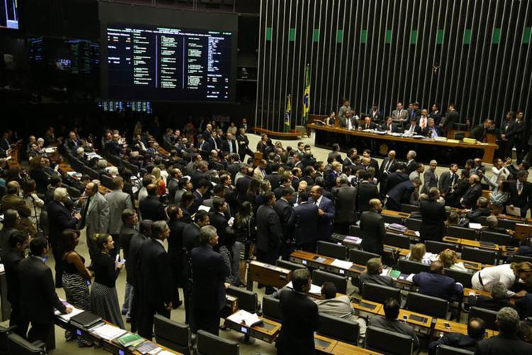 Presidente do Congresso Nacional, Eunício Oliveira, encerrou a sessão conjunta do Senado e Câmara dos Deputados após a votação de vetos - Foto: Valter Campanato l Agência Brasil