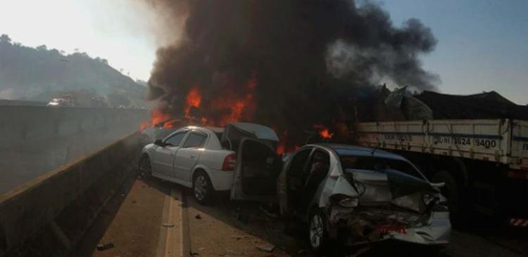 Há ainda pelo menos duas vítimas graves e dez vítimas leves, segundo a PRF - Foto: Divulgação   Bombeiros