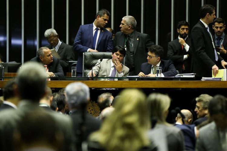 Em uma sessão arrastada pela obstrução de partidos da oposição, os deputados rejeitaram todas as sugestões de alterações no texto - Foto: Marcelo Camargo l Agência Brasil