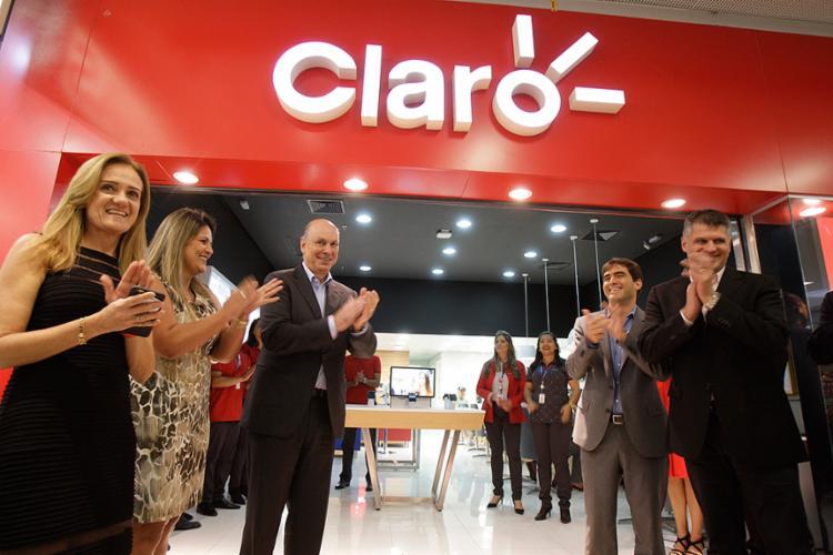 Paulo César Teixeira (à esquerda) e executivos da operadora durante a inauguração da nova loja do Barra - Foto: Xando Pereira l Ag. A TARDE
