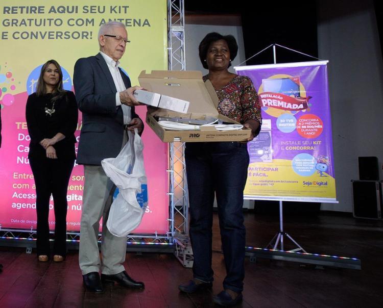 Presidente da Anatel, Juarez Quadros, esteve em Salvador e entregou kits digitais - Foto: Mila Cordeiro l Ag. A TARDE
