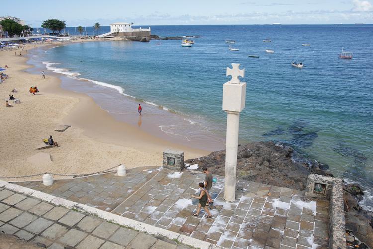 Área de monumento no Porto da Barra fica suja e malcheirosa - Foto: Xando Pereira l Ag. A TARDE