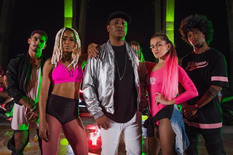 Márcio Victor e dançarinos do grupo FitDance durante gravação do clipe - Foto: Natalia Abreu | Divulgação