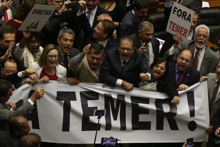 Opositores da bancada baiana protestaram em Plenário - Foto: Ailton Freitas l Agência O Globo