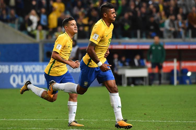 Philippe Coutinho (E) e Paulinho foram os autores dos gols da Seleção sobre o Equador - Foto: Nelson Almeida l AFP