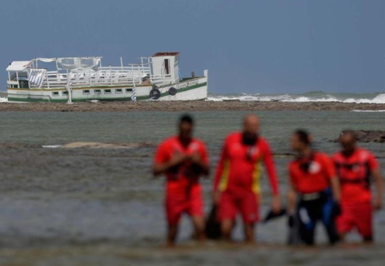 A embarcação Cavalo Marinho I naufragou na última quinta, 24 - Foto: Raul Spinassé   Ag. A TARDE   24.08.2017