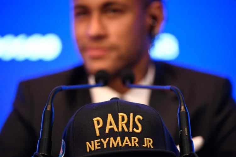 Neymar recebeu a camisa 10 com o seu nome nas costas e foi festejado por um grande número de torcedores - Foto: Lionel Bonaventure | AFP