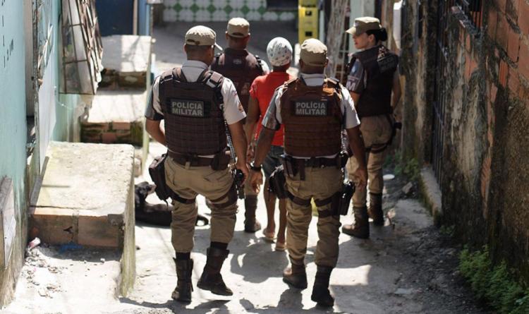 Militares percorreram vielas do bairro - Foto: Raul Spinassé l Ag. A TARDE