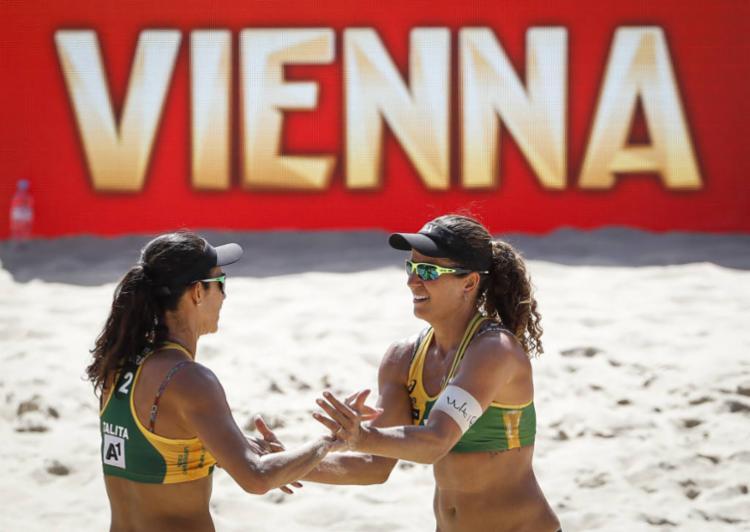 A dupla brasileira garantiu um lugar no pódio com o triunfo suado - Foto: Divulgação | FIVB