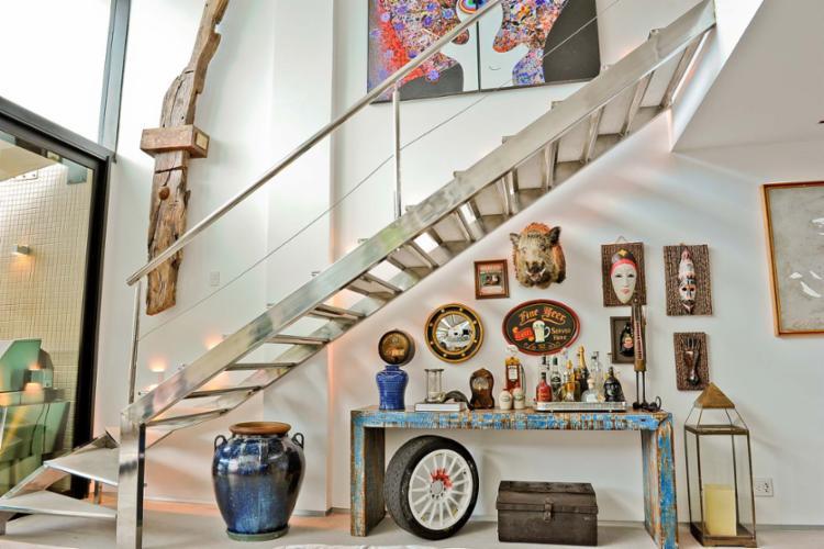 No projeto de Rebecca de Gonzaga, itens de acervo pessoal do dono da casa otimizam o espaço - Foto: Lucas Silva | Divulgação