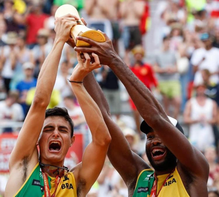 É a primeira vez que a dupla conquista o Mundial - Foto: Divulgação | FIVB