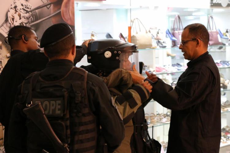 Policiais do Bope estão no local para avaliar conteúdo da mala abandonada - Foto: Divulgação | SSP-BA