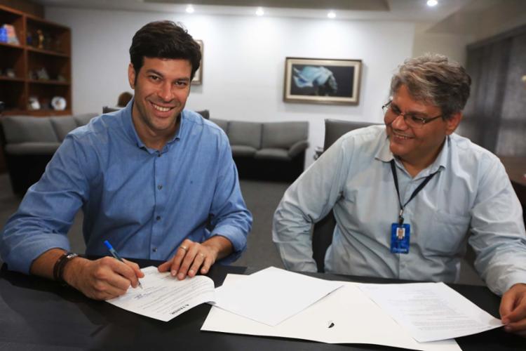 Tonico Novaes – ao lado de Cleber Soares, diretor de Operações –, assinou o contrato de mídia com o Grupo A TARDE - Foto: Joá Souza   Ag. A TARDE