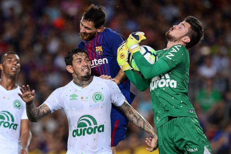 Victor Ramos em disputa de bola aérea com Messi - Foto: Josep Lago l AFP