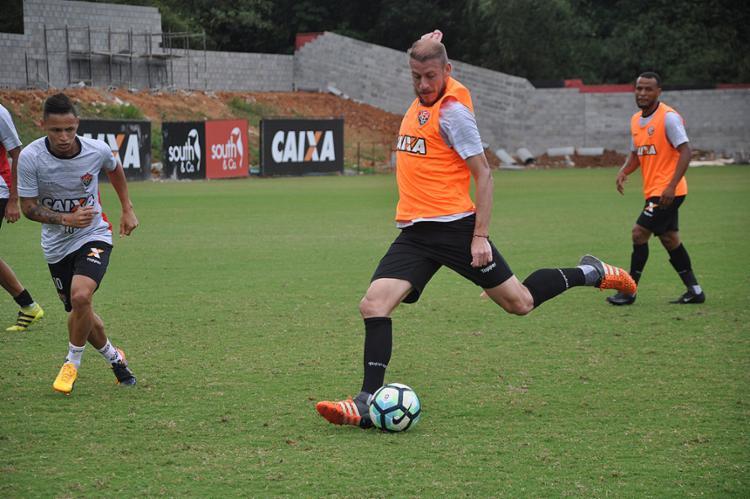 Uillian Correia arrisca chute durante treino coletivo aberto para imprensa e torcida - Foto: Maurícia da Matta l EC Vitória