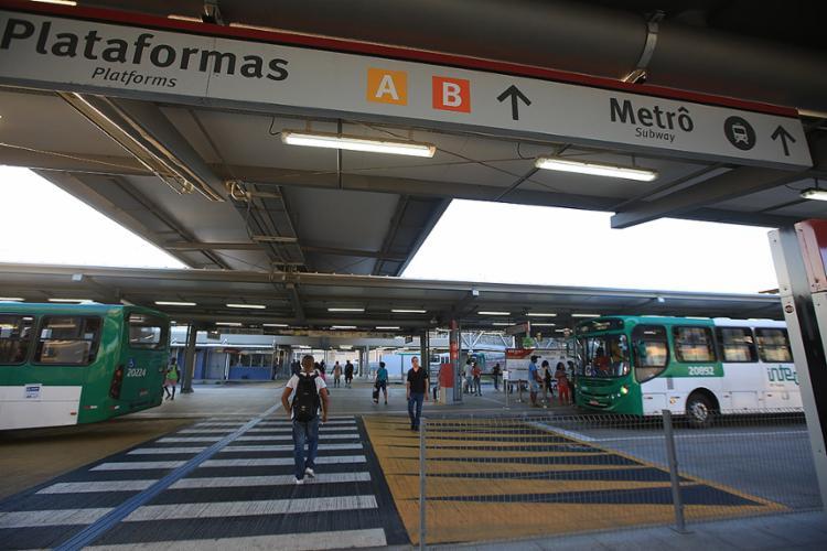 Plataformas da estação localizada na Rótula do Abacaxi, disponíveis para os usuários do transporte público - Foto: Joá Souza l Ag. A TARDE