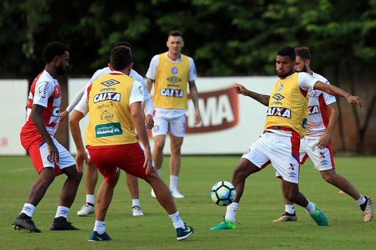 Matheus Reis (D) cumpriu suspensão diante do São Paulo, mas estará de volta contra o Atlético-PR - Foto: Felipe Oliveira l EC Bahia