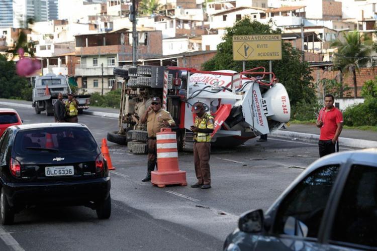 Uma faixa do trânsito está interditada no local - Foto: Xando Pereira   Ag. A TARDE
