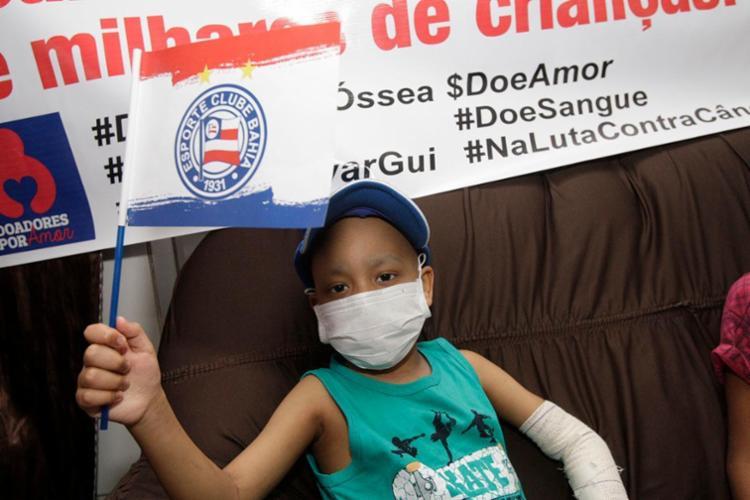 O torcedor do Bahia, Guilherme Sacramento, faz campanha para encontrar doador - Foto: Margarida Neide | Ag. A TARDE | 07.08.2017