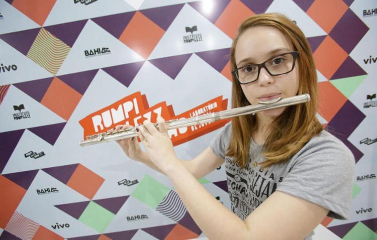 A flautista Catarina Siqueira, 16 anos, é uma das alunas do projeto Rumpilezzinho - Foto: Mila Cordeiro   Ag. A TARDE   02.08.2017