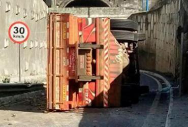 Caminhão tomba na Via Expressa; veículo já foi removido