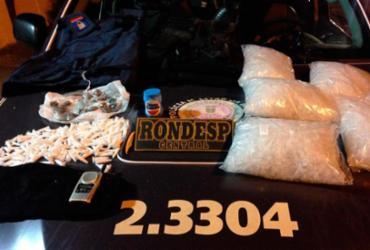 Coletes e drogas são apreendidas pela polícia em Pernambués