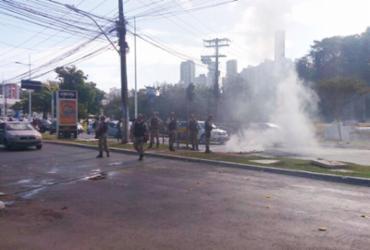Dois morrem em confronto com a polícia e moradores protestam