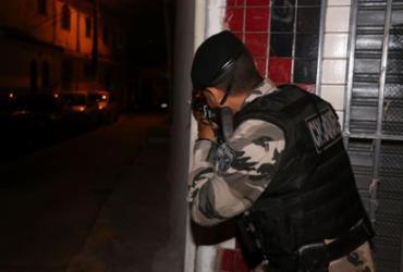 Policiais fazem operação contra o tráfico de drogas