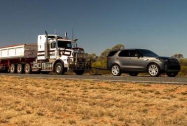 Land Rover Discovery reboca caminhão com 110 toneladas