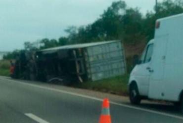 Motorista foge após atropelar uma pessoa e tombar caminhão