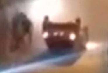 Carro capota em ladeira na Santa Cruz e interdita o trânsito