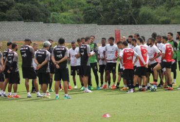 Mancini tem longa conversa com jogadores antes de treino