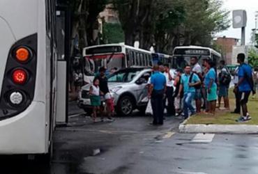 Colisão entre ônibus e carro deixa uma pessoa presa às ferragens