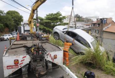 Veículo cai em vala na avenida Jorge Amado