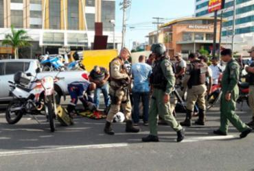 Policial militar fica ferido após colisão entre carro e moto na Paralela