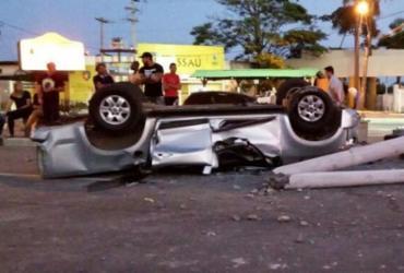 Homem morre após capotar carro e bater em poste na Estrada do Coco