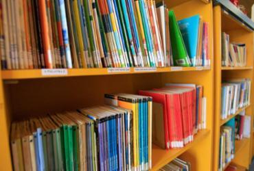 Escolas públicas da Bahia recebem doações de mini bibliotecas