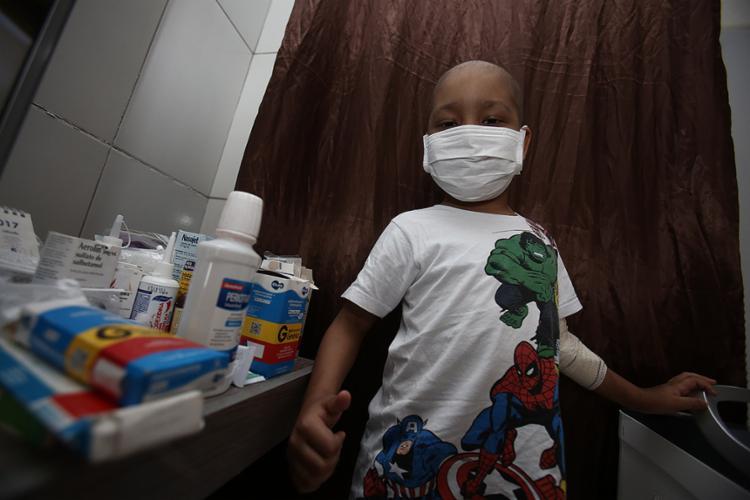 Guilherme Santos, 7 anos, aguarda doador de medula para vencer a leucemia - Foto: Joá Souza l Ag. A TARDE