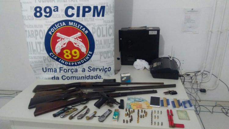 Polícia apreendeu armas com o suspeito e na casa dele - Foto: Divulgação | PM
