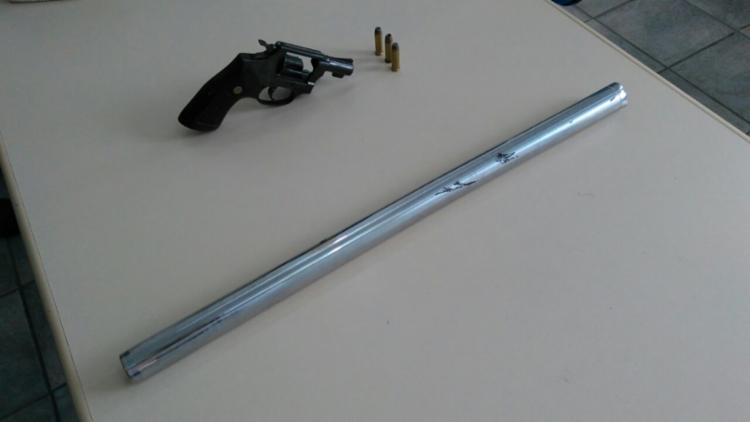 A polícia apreendeu um revólver calibre 38 e uma barra de ferro - Foto: Alberto Maraux | Divulgação | SSP-BA