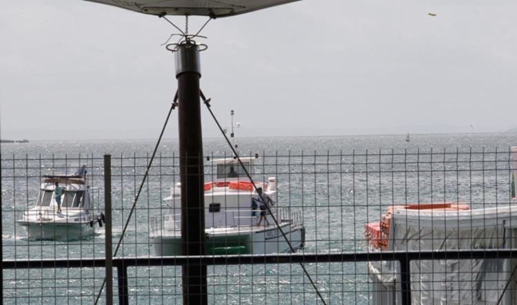 Lanchas da Capitania dos Portos escoltaram a embarcação até o Porto de Salvador - Foto: Margarida Neide   Ag. A TARDE