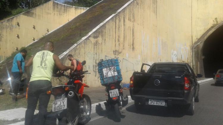 Outros motociclistas pararam para socorrer o colega - Foto: Davi Fonseca | Ag. A TARDE