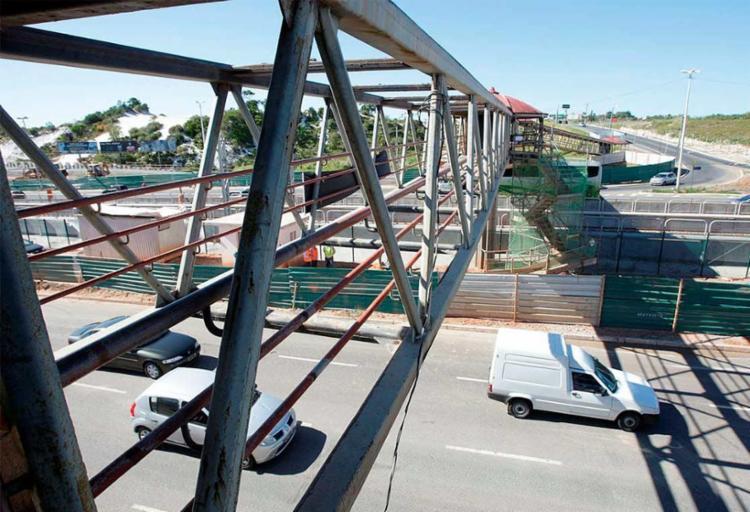 Um caminhão da CCR Metrô derrubou parte do teto e do piso da passarela - Foto: Luciano da Matta | Ag. A TARDE
