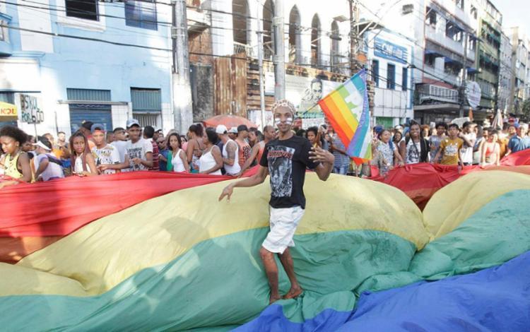 Praça do Campo Grande foi pintada com as cores do arco-íris - Foto: Luciano da Matta | Ag. A TARDE