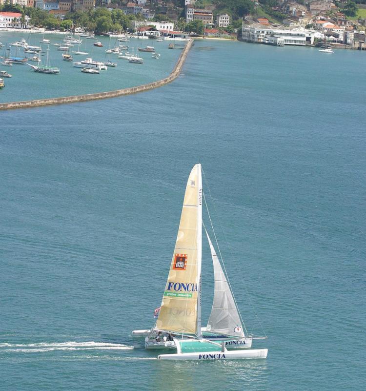 Veleiro da regata navega pela Baía de Todos-os-Santos na edição 2003 - Foto: Xando Pereira l Ag. A TARDE l 21.11.2003